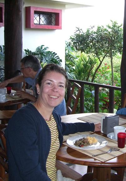 Martina beim Frühstück auf der Kaffeeplantage