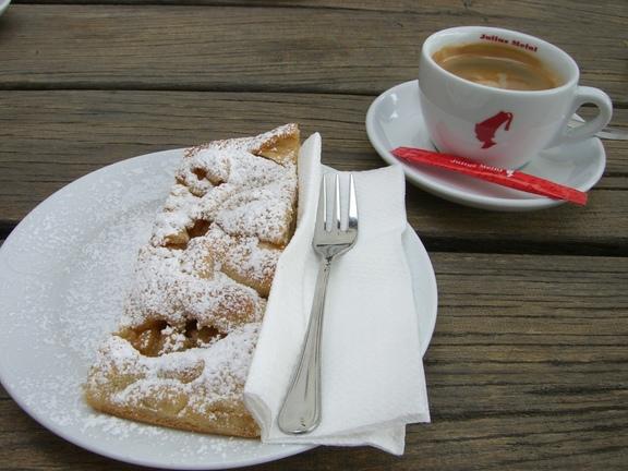 Apfelstrudel mit Kaffee