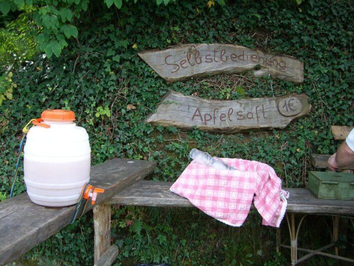 Selbstbedienungsstand am Marlinger Waalweg mit Apfelsaft im Kanister