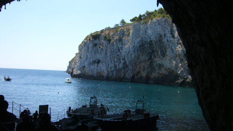 Blick vom Eingang der Grotta Zinzulusa auf die Ausflugsboote und das Meer
