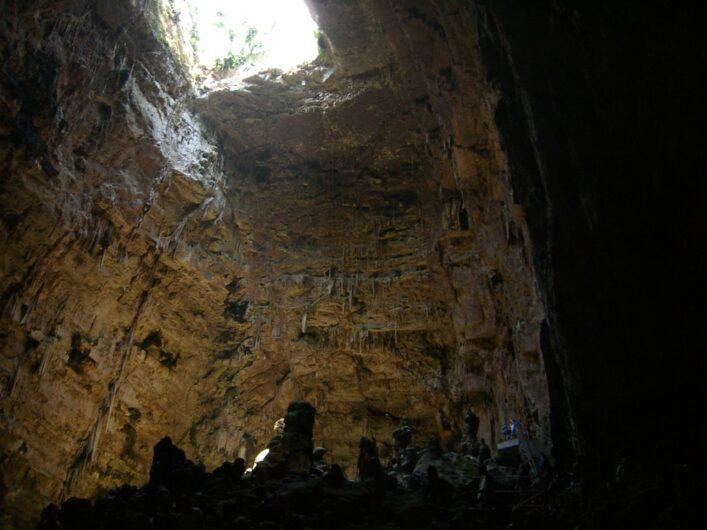 Blick gen Himmel aus dem ersten Bereich von Castellana Grotte