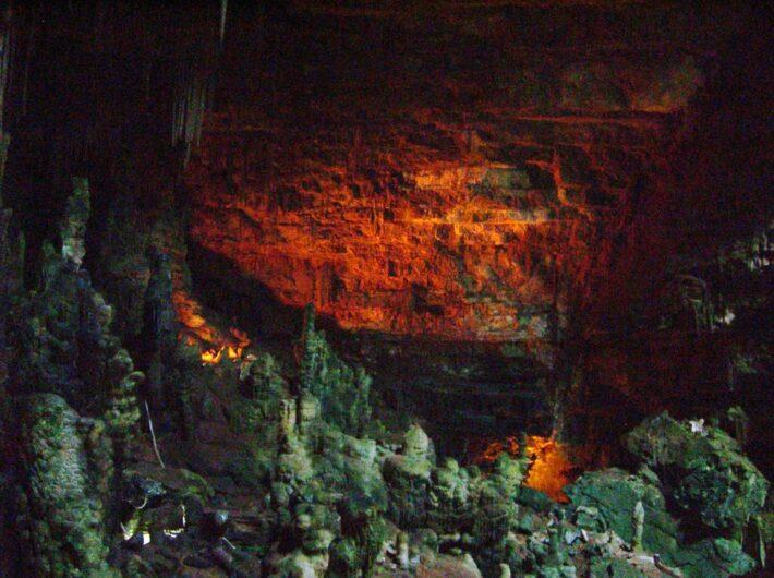 rötlich schimmernde Wand in der Höhle von Castellana