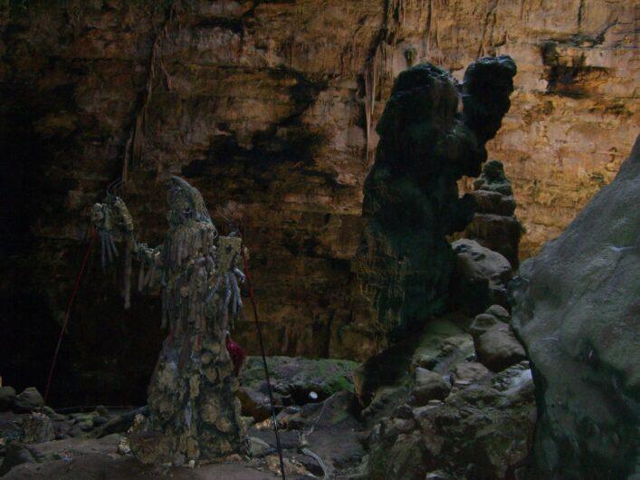 wie Figuren geformte Stalagtiten in der Grotte di Castellana
