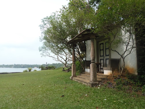 ein Gebäude der Lununganga Estate mit einer Wiese davor