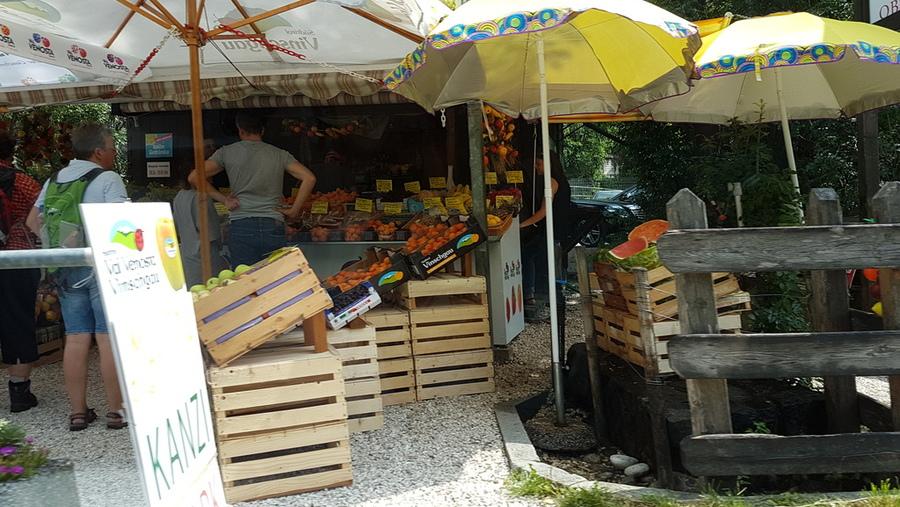 Obstverkauf in Töll am Eingang zum Waalweg