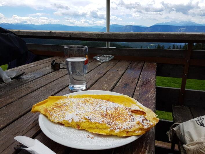Omelette mit Preiselbeeren auf der Terrasse der Vöraner Alm