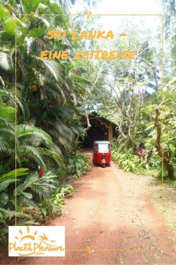 das rote Tuk Tuk auf der staubigen Straße zwischen Palmen