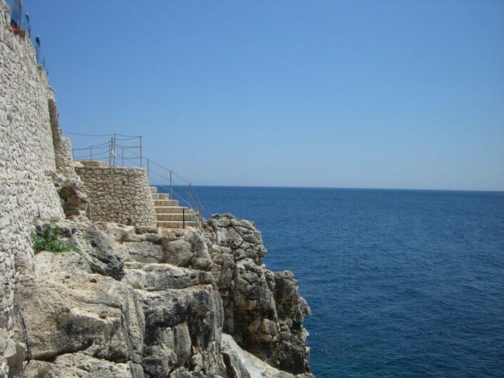 Zugang über die Treppe in Richtung zur Höhle von Zinzulusa