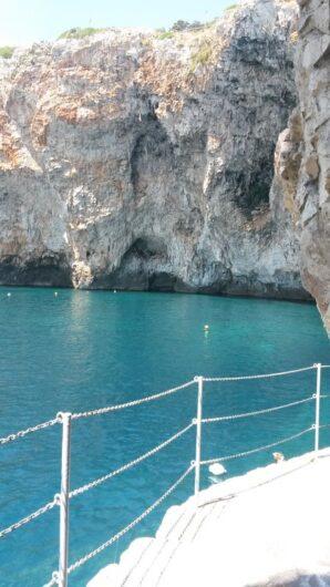 ein schmaler Weg führt neben den Felsen zur Grotta Zinzulusa