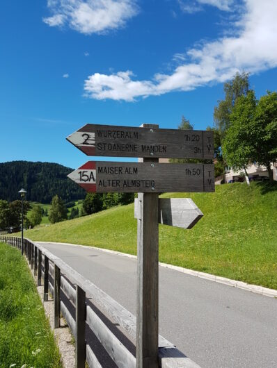 Hinweistafel am Einstieg zur Almenrunde in Hafling Dorf