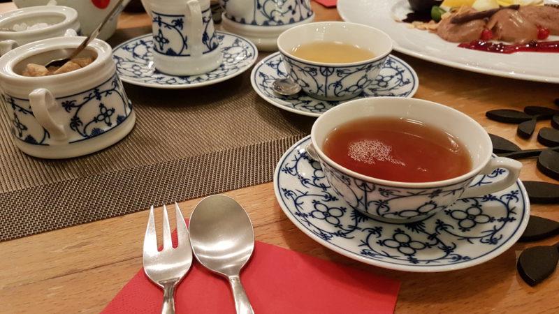Teetafel mit Mousse au Chocolat zum Dessert beim Walking Dinner von Bremen kulinarisch