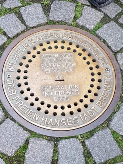 in den Boden in der Nähe des Rathauses eingelassene große unterirdische Spardose genannt Bremer Loch