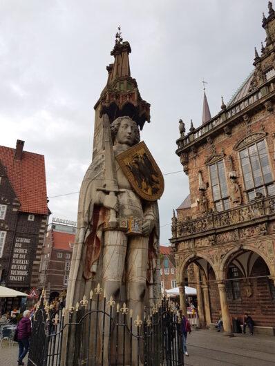 Statue des Bremer Roland vor dem historischen Rathaus