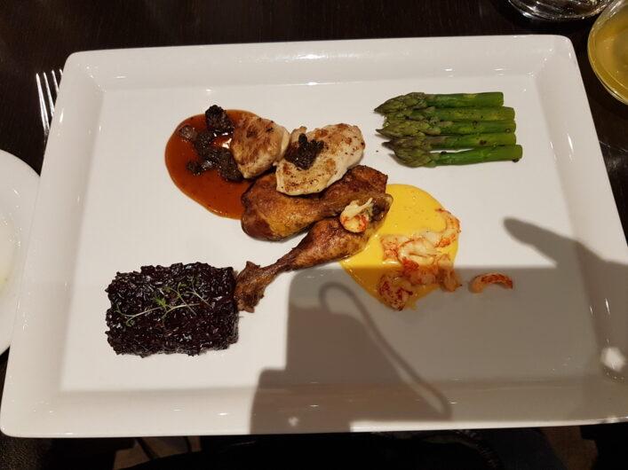 traditionelles Gericht in Bremen bestehend aus Stubenküken, Flusskrebsschwänzen, Spargel und Reis in einer modernen Variation
