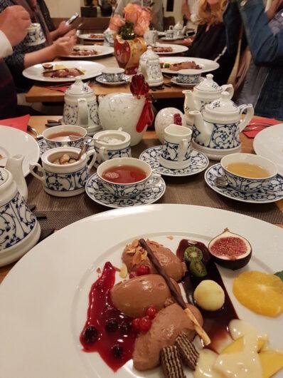 Dessert des Walking Dinners bestehend aus Mousse au Chocolat und traditionellem Tee