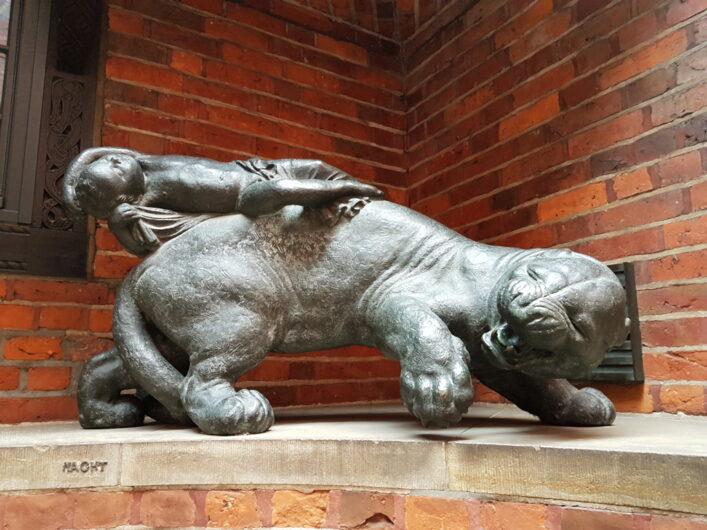 Tier-Statue in der Böttcherstraße steht für die Nacht