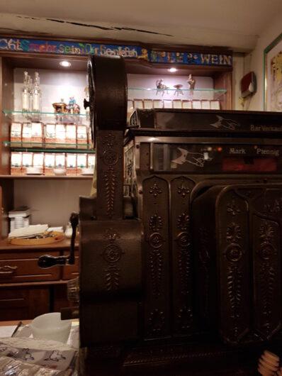 stilecht dekoriert mit alter Registrierkasse im Teestübchen