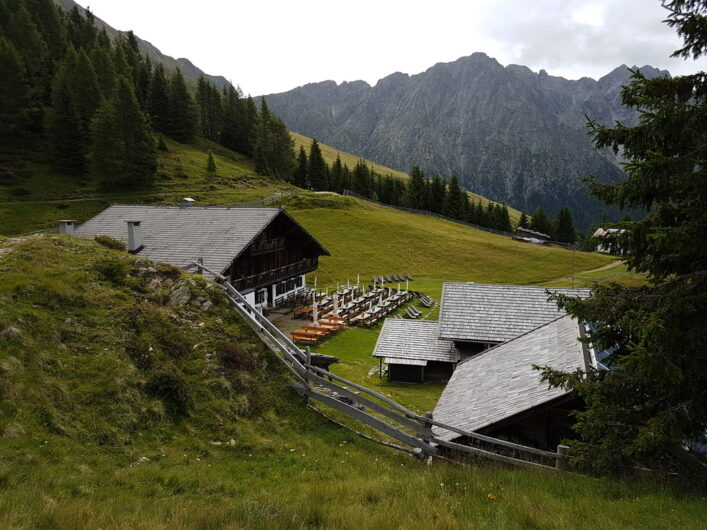 Blick von oberhalb auf die Stafellhütte und das Dach der Stafellalm