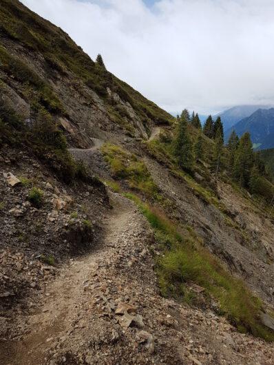 schmaler Steig am Berg entlang in Richtung zur Assenhütte