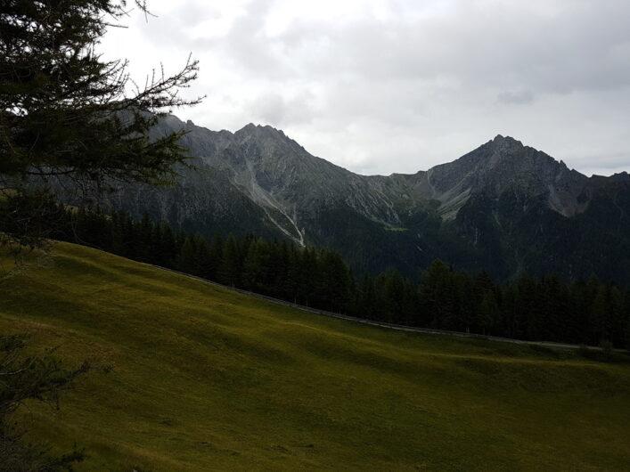 Sattgrüne Weide der Stafell mit Blick auf die gegenüberliegenden Gipfel