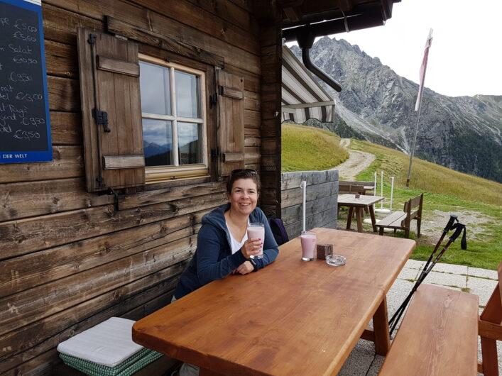 Ich genieße die Pause auf der Bank vor der Assenhütte mit einem Glas frischer Himbeer-Buttermilich