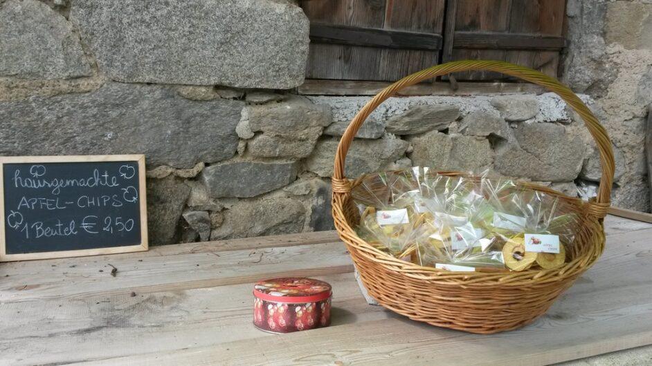 ein Korb mit Apfelchips zur Selbstbedienung