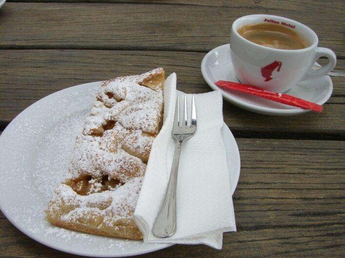 ein Stück Apfelstrudel und eine Tasse Kaffee beim Brunjaunhof