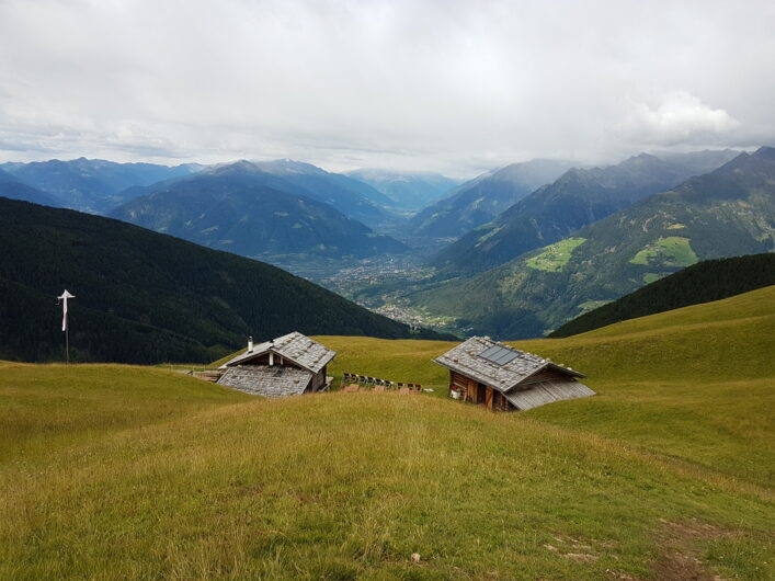 Blick von oben auf die Assenhütte mit herrlicher Fernsicht Richtung Vinschgau und auf die gegenüberliegenden Berge