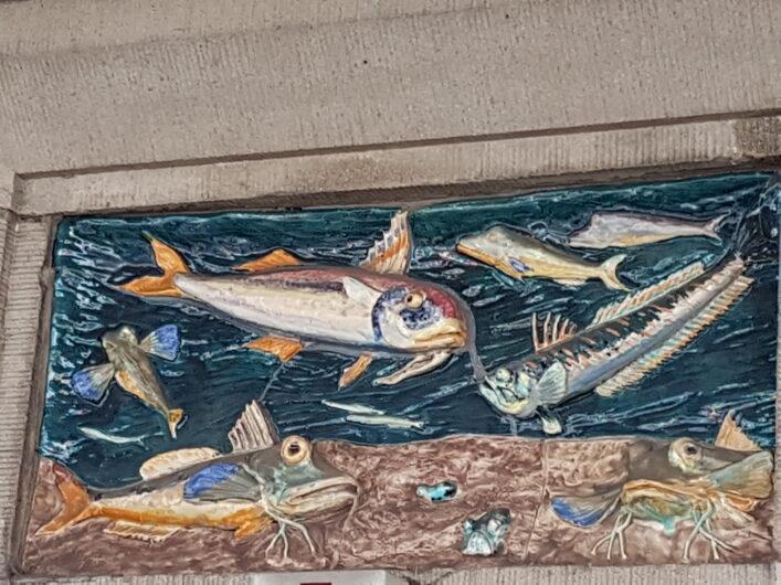 Fresko mit verschiedenen Fischen oberhalb der Eingangstür