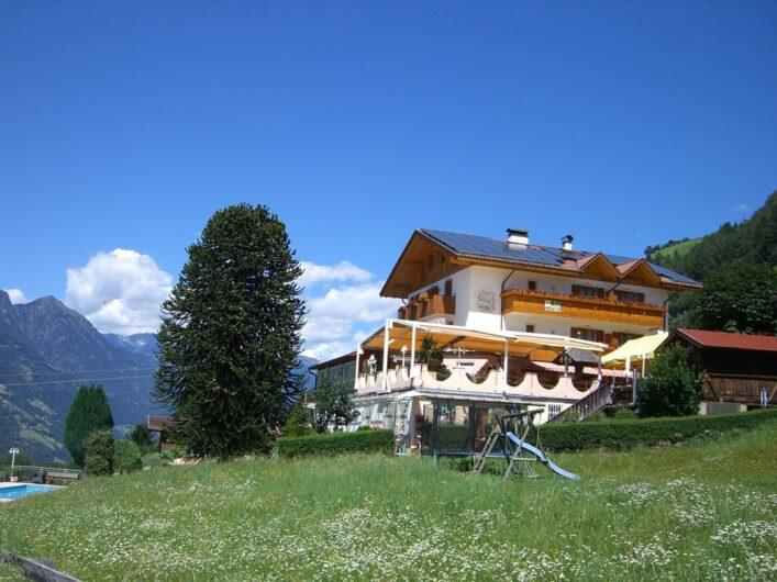 Blick zurück auf den Gasthof Pichler mit seiner Terrasse