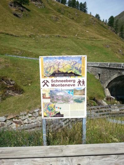 Hinweisschild am Beginn der Wanderung auf den Schneeberg