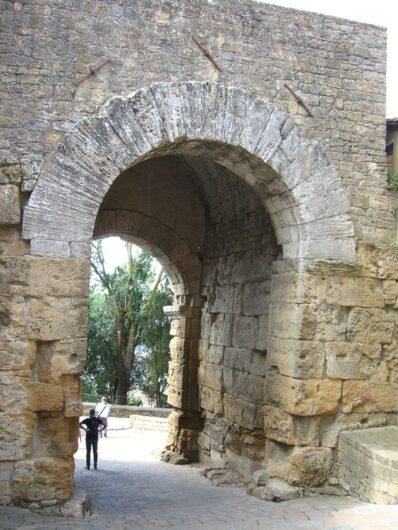 eines der Stadttore von Volterra in der Toskana