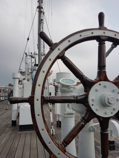 Steuerrad an Bord der FMS Gera