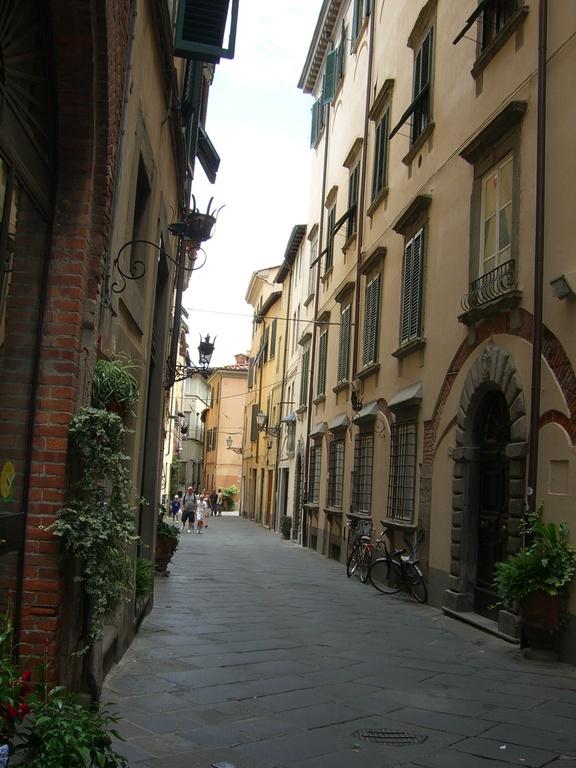 schmale Straße in der Altstadt von Lucca