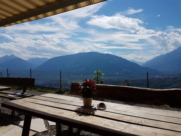auf der neuen Terrasse des Brunjaunhofs mit herrlichem Ausblick