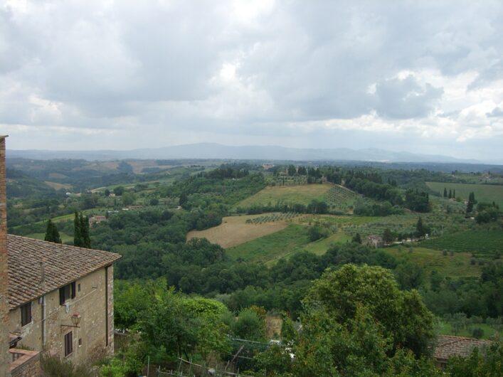 Blick über die hügelige Landschaft in der Toskana