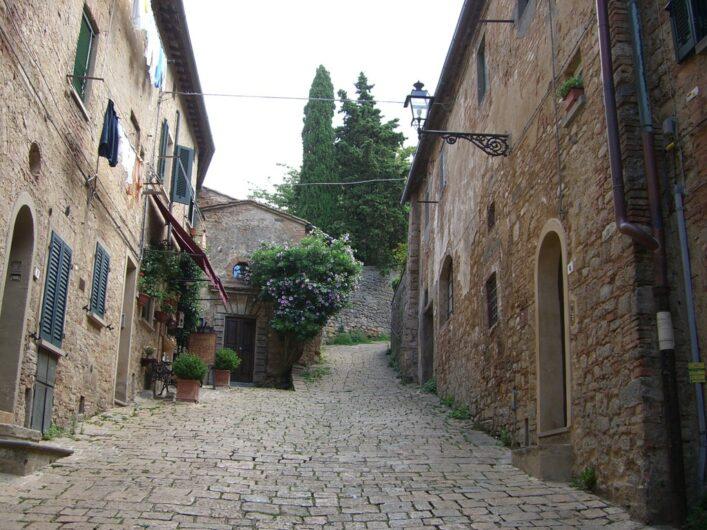 Straße in Volterra mit typischen toskanischen Steinhäusern