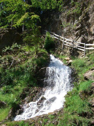 Das Wasser des Schenner Waals stürzt an der Katzenleiter talwärts.