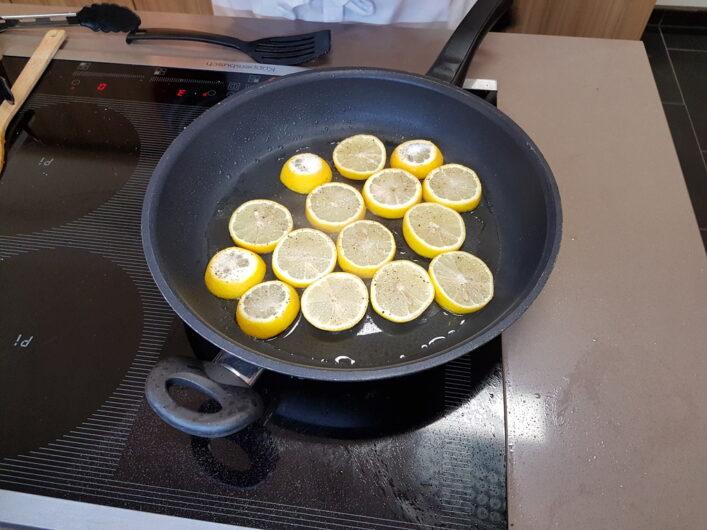 mit Zucker bestreute Zitronen in der Pfanne