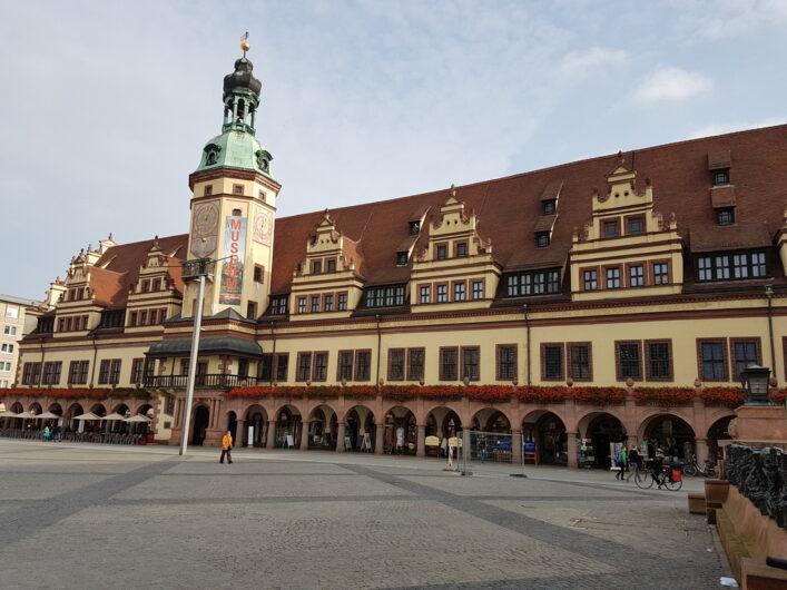 das alte Rathaus in Leipzig mit Blumenschmuck und Lauben