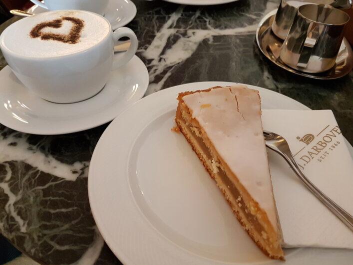 Apfelmuskuchen und eine Tasse Cappuccino zur Kaffeezeit in Leipzig