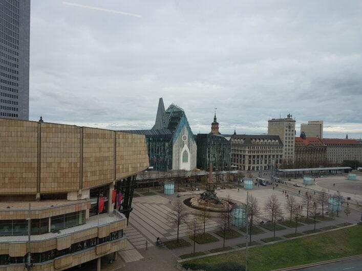 Der Blick über den Augustplatz in Leipzig mit Neuem Gewandhaus, Universität und Eingang zur Fußgängerzone