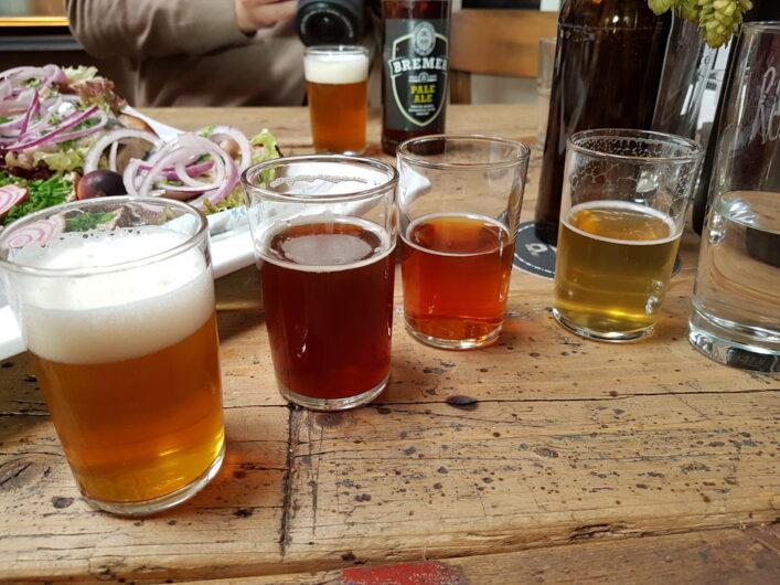 vier verschiedene Biere bei der Bierprobe