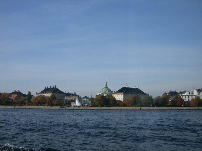 Blick auf Schloss Amalienborg vom Rundfahrtschiff