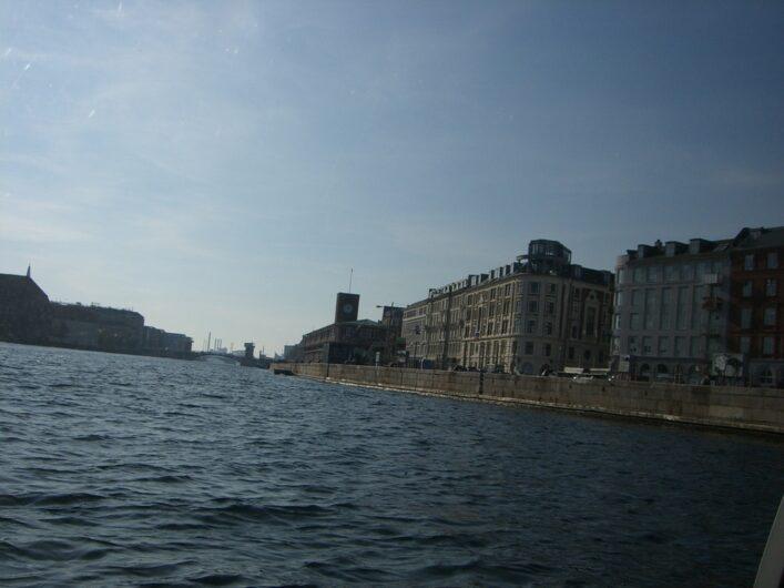 Blick auf die Häuser von Kopenhagen von Bord des Rundfahrtschiffs
