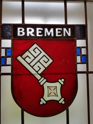 Wappen der Stadt Bremen in einem Bleiglasfenster im HAG-Marmorsaal
