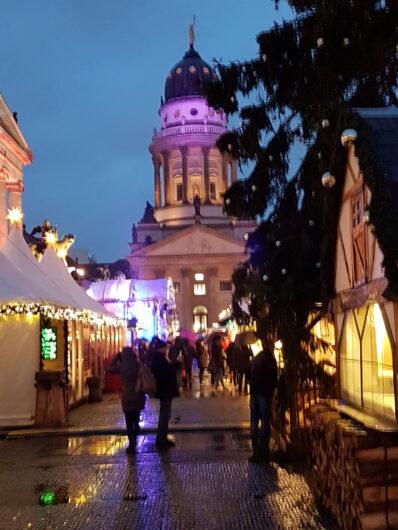 Blick durch die Budengasse Richtung Französischer Dom auf dem Weihnachtszauber am Gendarmenmarkt