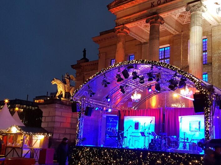 Bühne auf dem Weihnachtszauber am Gendarmenmarkt vor dem Schauspielhaus