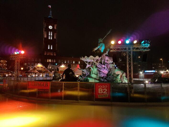 Eisbahn auf dem Weihnachtsmarkt am Roten Rathaus