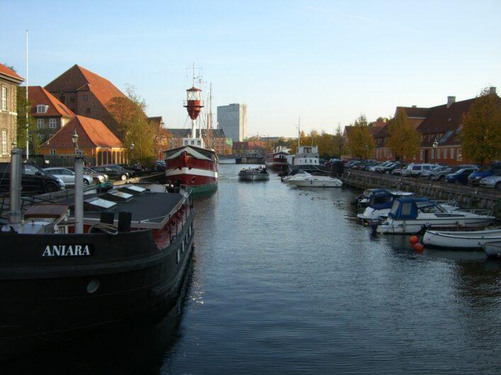 Fahrt mit dem Schiff durch die Kanäle von Kopenhagen